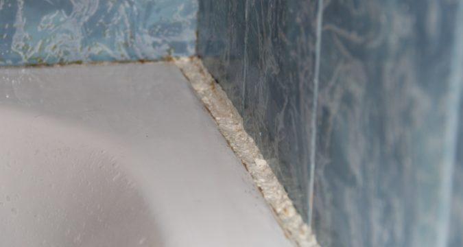 Устранение щелей между ванной и стеной